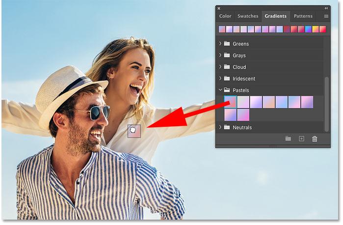 یک شیب رنگ از صفحه Gradients به داخل محتویات یک لایه پیکسل در فتوشاپ بکشید
