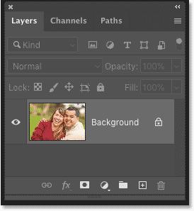 پنل لایه های فتوشاپ که تصویر موجود در لایه پس زمینه را نشان می دهد